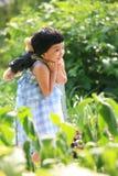 Holding-Teddybär des kleinen Mädchens in ihr zurück Lizenzfreies Stockfoto