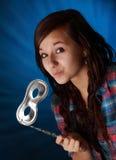 Holding teenager una mascherina d'argento Fotografie Stock