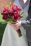Holding van de bruid en van de Bruidegom nam toe Stock Foto