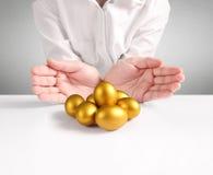 Holding van Gouden Eieren Stock Fotografie