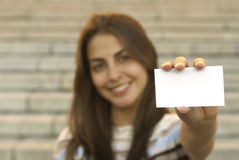 Holding-Visitenkarte des jungen Mädchens Lizenzfreies Stockfoto