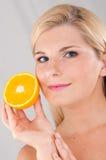 Holding-Zitrusfrucht der jungen Frau Lizenzfreie Stockbilder