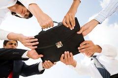 Holdingaktenkoffer Lizenzfreies Stockfoto