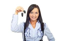 Holdingautotasten der jungen Frau Lizenzfreie Stockfotos