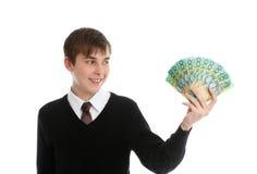 Holdingbargeld des glücklichen Kursteilnehmers oder der jungen Arbeitskraft Lizenzfreies Stockbild