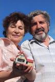 Holdingbaumuster des alten Mannes und der Frau des Hauses stockbild