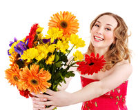 Holdingblumen der jungen Frau. Lizenzfreie Stockfotos
