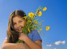 Holdingblumen des jungen Mädchens Stockfotos