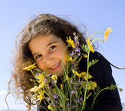 Holdingblumen des kleinen Mädchens Stockbilder