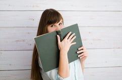 Holdingbuch der jungen Frau Stockbilder