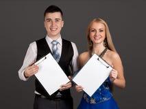 Holdingclipvorstände des jungen Mannes und der Frau Stockfoto