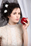 holdingen för äppleblusbrunetten snör åt modellen Fotografering för Bildbyråer