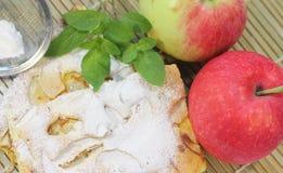 holdingen för closeupen för äpplebakgrund isolerade den stekheta piered som visar den vita kvinnan Arkivbilder