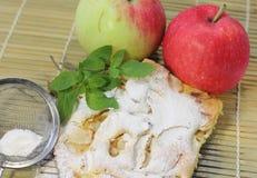 holdingen för closeupen för äpplebakgrund isolerade den stekheta piered som visar den vita kvinnan Arkivbild