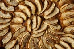holdingen för closeupen för äpplebakgrund isolerade den stekheta piered som visar den vita kvinnan Syrligt eller kaka med driftst Royaltyfri Foto