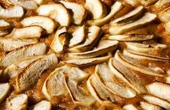 holdingen för closeupen för äpplebakgrund isolerade den stekheta piered som visar den vita kvinnan Syrligt eller kaka med driftst Arkivbild