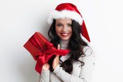 holdingen för hatten för den härliga för jul för bakgrund gulliga flickan för gåvan isolerade den lyckliga att se aktuella santa  Royaltyfria Bilder
