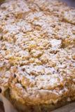 holdingen för closeupen för äpplebakgrund isolerade den stekheta piered som visar den vita kvinnan Royaltyfria Bilder