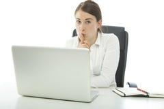 Holdingfinger der jungen Frau auf Mund lizenzfreie stockfotos