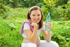 Holdingflasche der schwangeren Frau Wasser Lizenzfreie Stockfotos