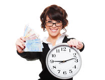 Holdinggeld und -borduhr der jungen Frau des smiley Lizenzfreie Stockfotografie