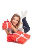 Holdinggeschenk der jungen Frau, Lügen auf w Lizenzfreie Stockfotografie
