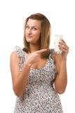 Holdingglas der jungen Frau Milch in der Hand Stockbild
