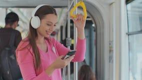 Holdinggriff der jungen Frau beim Bewegen in die moderne Tram Gl?cklicher Passagier, der Reise an den ?ffentlichen Transportmitte stock video