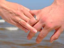 Holdinghände mit Hochzeitsringen lizenzfreies stockfoto