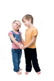 Holdinghands de petit garçon et de fille. Photo libre de droits