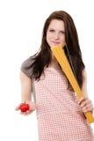Holdingisolationsschlauch und -tomate der jungen Frau Lizenzfreie Stockfotografie