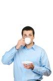Holdingkaffee des jungen Mannes (oder Tee) Stockbilder