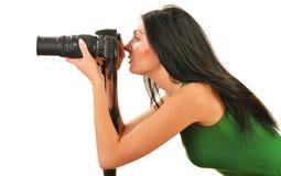 Holdingkamera der jungen Frau getrennt auf Weiß Lizenzfreies Stockfoto