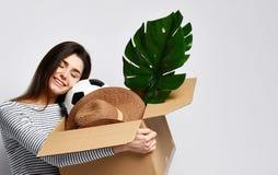 Holdingkasten der jungen Frau mit Sachen lizenzfreies stockfoto