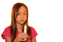 Holdingkerze des jungen Mädchens Stockfotos