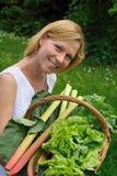 Holdingkorb der jungen Frau mit Gemüse Stockfoto