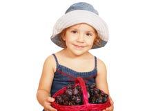 Holdingkorb des kleinen Mädchens der Schönheit mit Traube Stockfotos