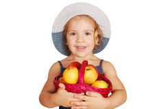 Holdingkorb des kleinen Mädchens mit Pfirsichen Stockbilder