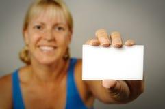 holdingkvinna för blankt kort Arkivbilder
