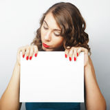 holdingkvinna för blankt kort Royaltyfri Fotografi