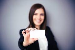 holdingkvinna för blankt kort Fokus på kort Royaltyfri Fotografi
