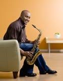 holdingmusikersaxofon royaltyfri foto