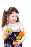 Holdingäpfel des kleinen Mädchens und eine Orange Lizenzfreies Stockfoto