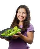 Holdingplatte des jungen Mädchens mit Salat Stockfoto