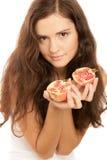 holdingpomegranateskvinna arkivfoton