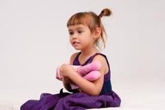 Holdingpuppe des kleinen Mädchens Stockfotos