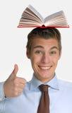 Holdingsboeken over zijn hoofd Royalty-vrije Stock Afbeeldingen