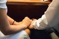 Holdingshanden op Huwelijksdag stock afbeelding