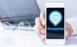 Holdingssmartphone die met Gl0bal-netwerk verbond royalty-vrije stock afbeelding