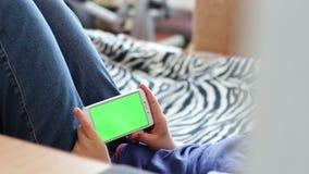 Holdingstouchscreen Apparaat, Close-up van jongenshanden die een slimme telefoon met behulp van chroma-sleutel, het groen-scherm stock videobeelden